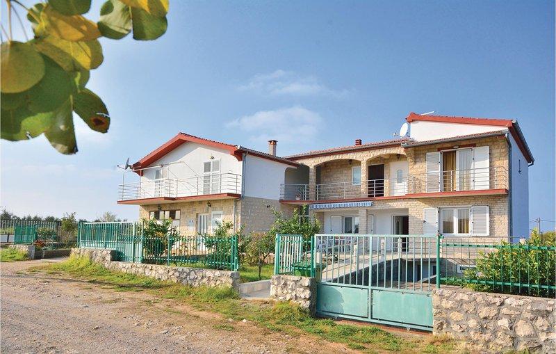 Stunning home in Posedarje-Podgradina with 5 Bedrooms (CDN257), casa vacanza a Posedarje