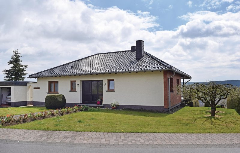Beautiful home in Prüm with 3 Bedrooms (DEI943), casa vacanza a Olzheim