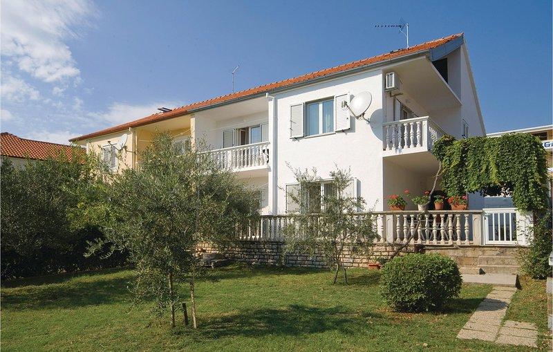 Beautiful home in Posedarje with 3 Bedrooms (CDN981), casa vacanza a Posedarje