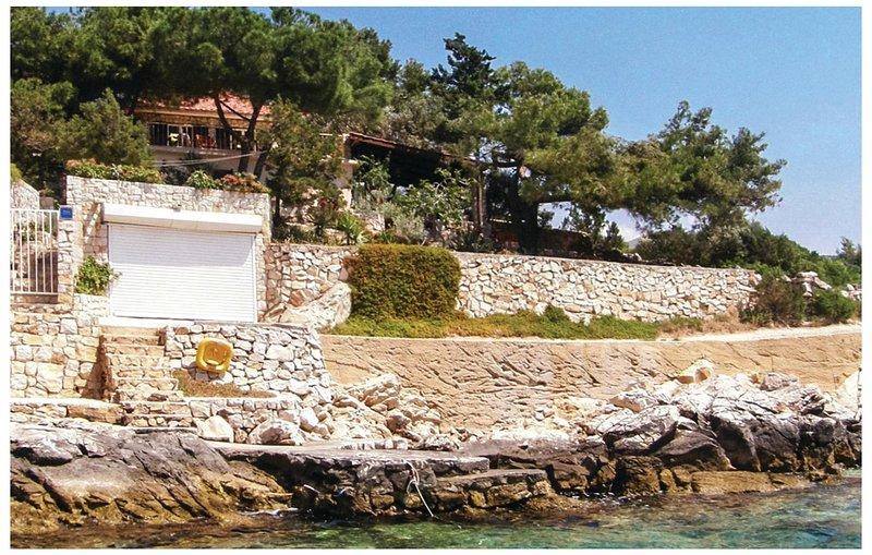 Nice home in Vinisce with WiFi and 2 Bedrooms (CDT227), alquiler vacacional en Vinisce