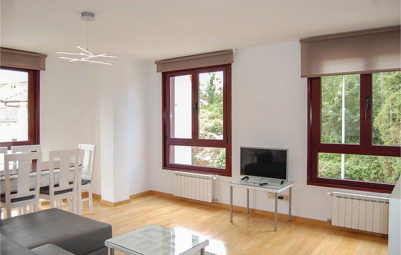 Beautiful home in Posada de Llanes with 3 Bedrooms (ENA008), alquiler vacacional en Bricia