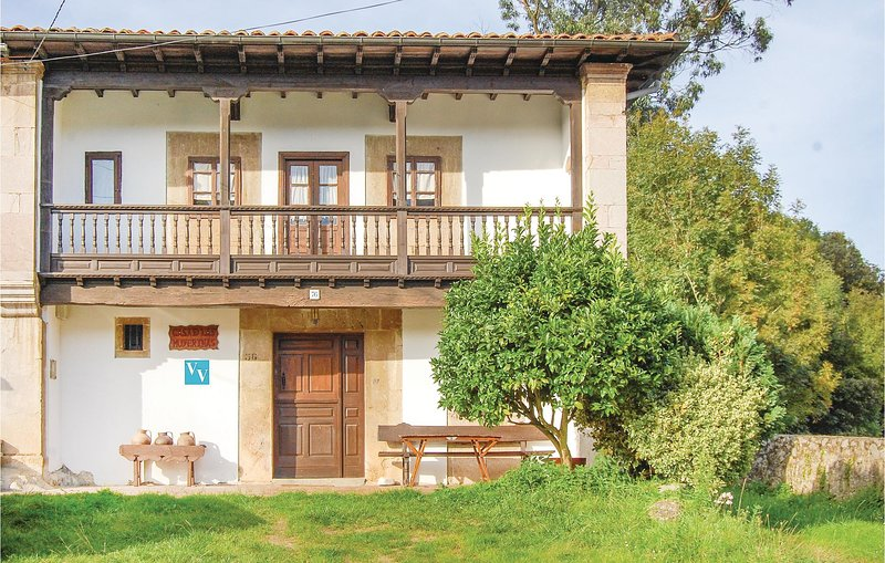 Stunning home in Posada de Llanes with 5 Bedrooms (ENN002), alquiler vacacional en Bricia