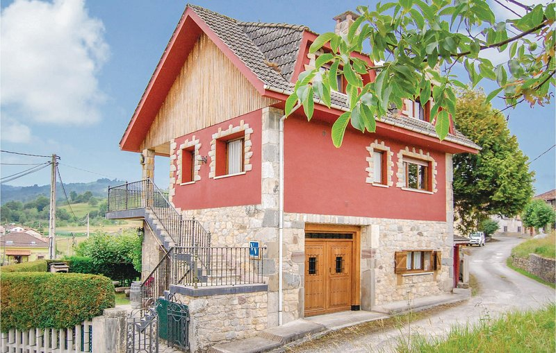 Stunning home in Sevares-Piloña with 4 Bedrooms (ENA009), alquiler de vacaciones en Sevares