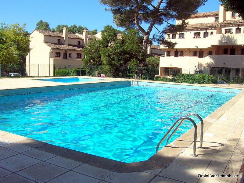 Au calme, douillet duplex pour 5 en bord de mer climatisé, Wifi, piscine, parkin, holiday rental in Saint-Raphael