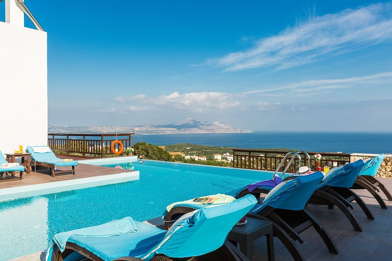 Villa Ekaterina - Luxurious home with Views & Pool, holiday rental in Drapanos