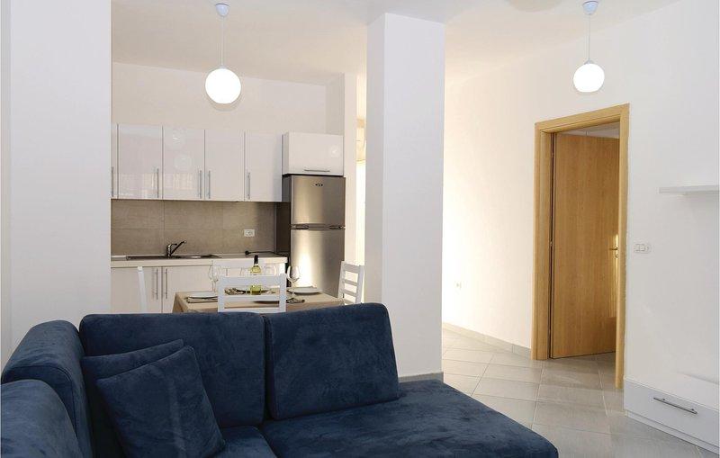Awesome home in Durres w/ WiFi and 2 Bedrooms (ALD130), aluguéis de temporada em Shkafane