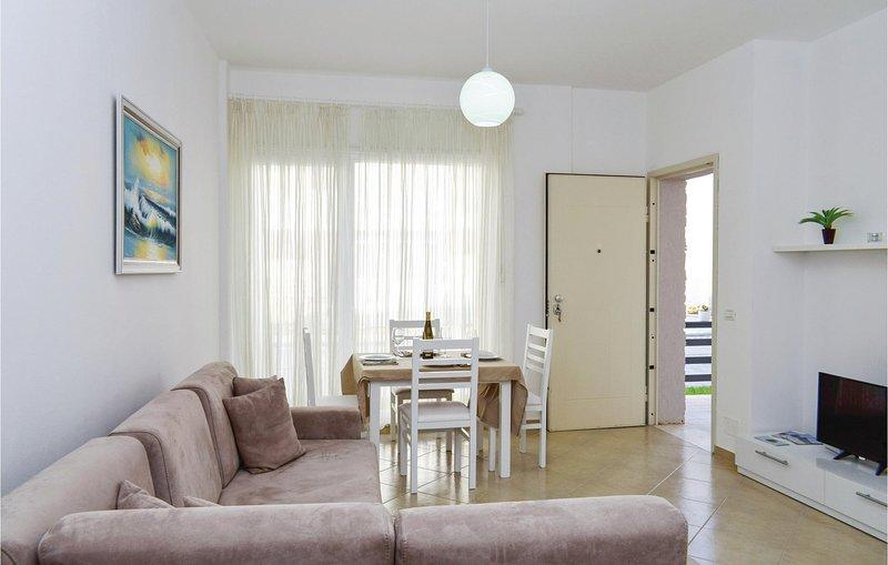 Stunning home in Durres w/ WiFi and 2 Bedrooms (ALD126), aluguéis de temporada em Shkafane