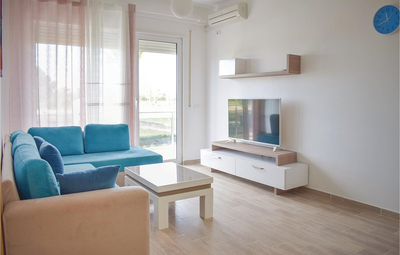 Stunning home in Durres w/ 2 Bedrooms (ALD094), aluguéis de temporada em Shkafane
