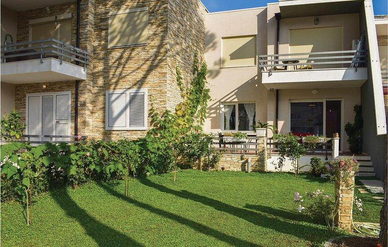Stunning home in Durres w/ 2 Bedrooms, aluguéis de temporada em Shkafane