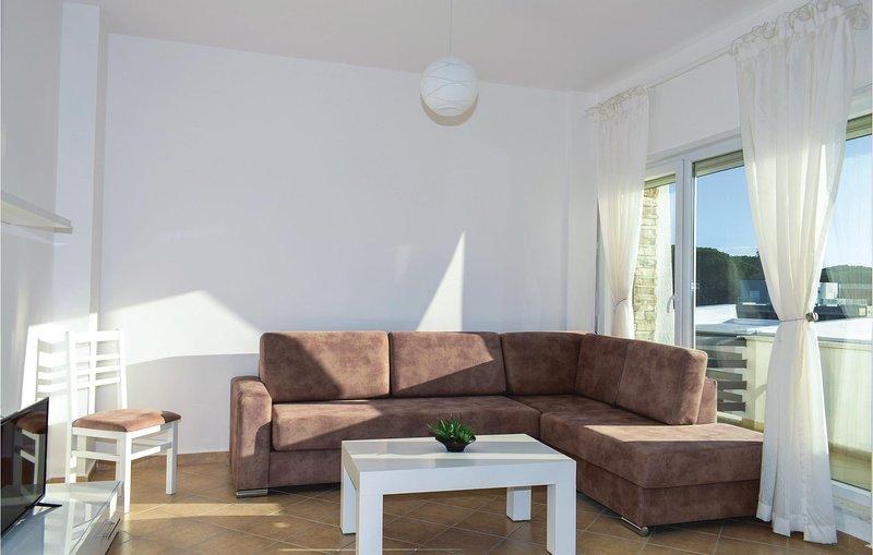 Nice home in Durres w/ WiFi and 2 Bedrooms (ALD131), aluguéis de temporada em Shkafane