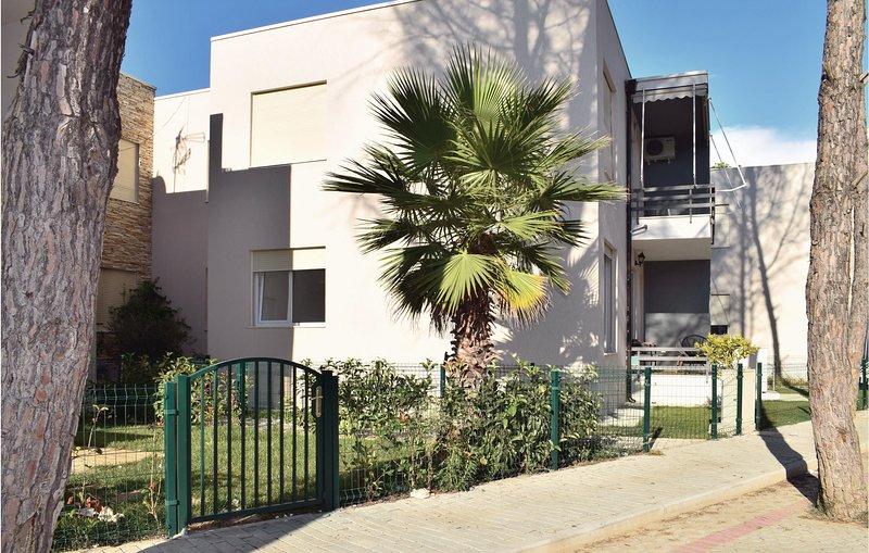 Nice home in Durres w/ WiFi and 2 Bedrooms (ALD139), aluguéis de temporada em Shkafane
