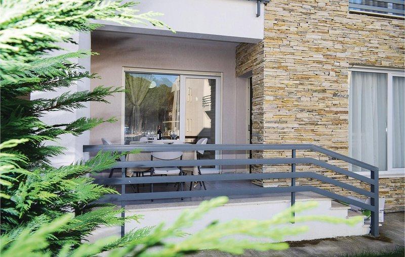 Amazing home in Durres w/ WiFi and 2 Bedrooms, aluguéis de temporada em Shkafane