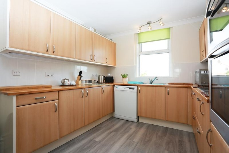 BOURNECOAST: MAISONETTE WITH TWO LOUNGES - CLOSE TO SHOPS & RESTAURANTS -FM6187, vacation rental in Bournemouth