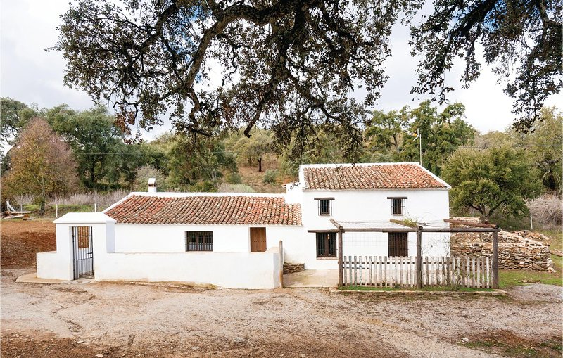 Awesome home in Constantina with 4 Bedrooms (EAC260), location de vacances à El Pedroso