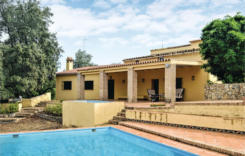 Nice home in Cortegana with 5 Bedrooms and Outdoor swimming pool (EAC341), vakantiewoning in Jabugo