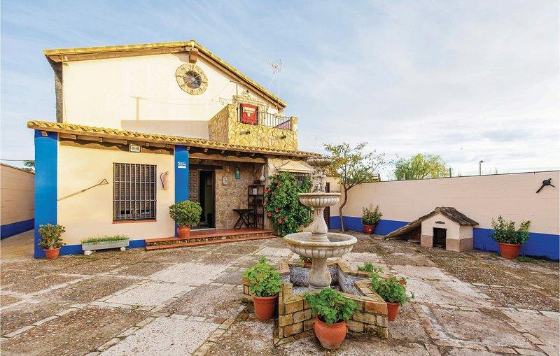 Amazing home in Los Palacios with WiFi, 5 Bedrooms and Outdoor swimming pool (EA, aluguéis de temporada em Los Palacios y Villafranca