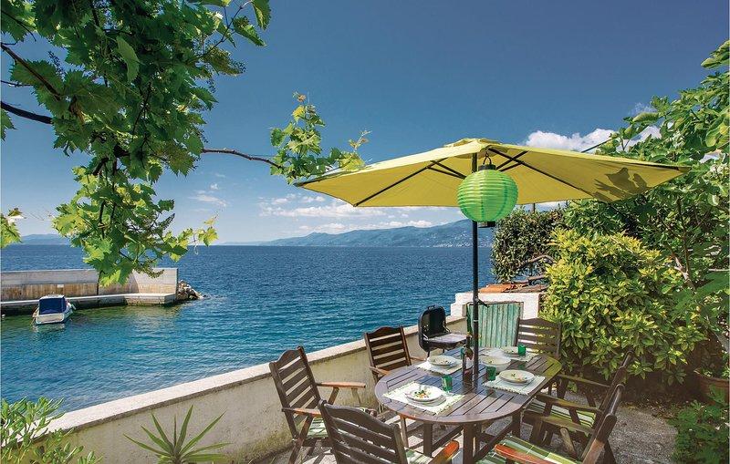 Awesome home in Rijeka with WiFi and 2 Bedrooms (CKO578), alquiler de vacaciones en Marinići