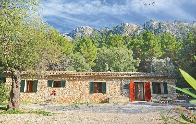 Nice home in Estellencs with WiFi, 3 Bedrooms and Jacuzzi (EML499), vacation rental in Banyalbufar