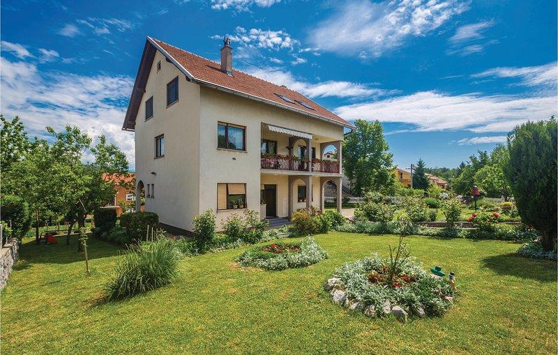 Stunning home in Rijeka with WiFi and 3 Bedrooms (CKO770), alquiler de vacaciones en Marinići
