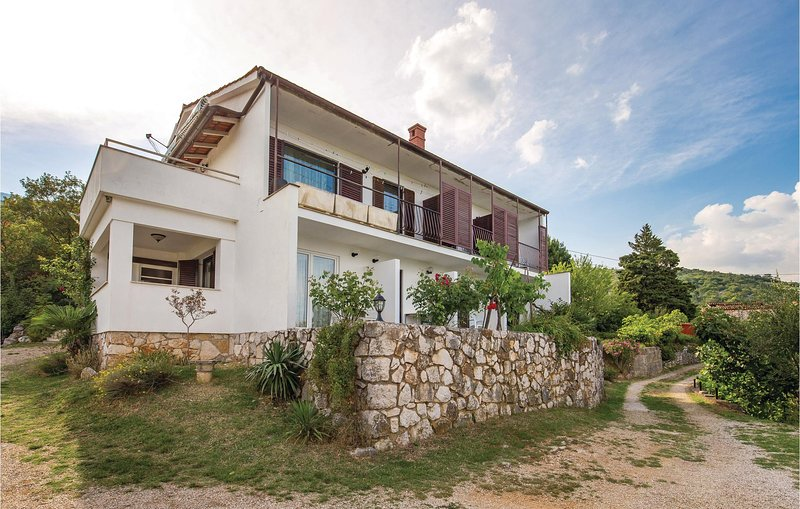 Stunning home in Brsec with WiFi and 2 Bedrooms (CKO906), casa vacanza a Kozljak
