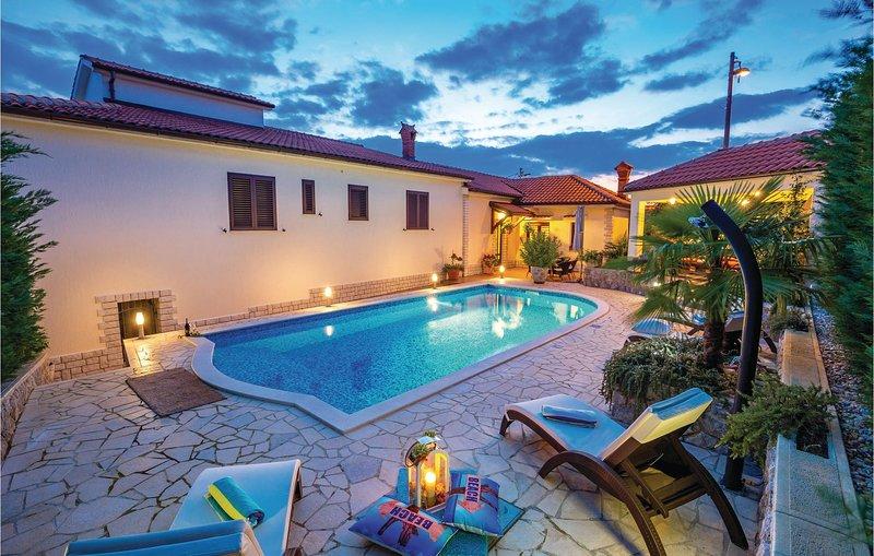 Stunning home in Rijeka with WiFi and 2 Bedrooms (CKO888), alquiler de vacaciones en Marinići