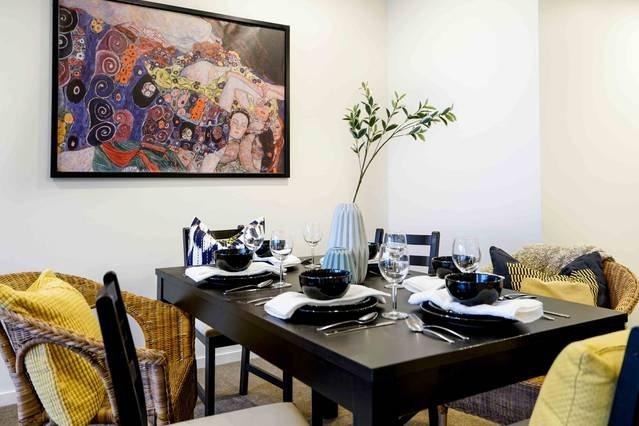 Una gran mesa de comedor con capacidad para hasta 6 personas generosamente