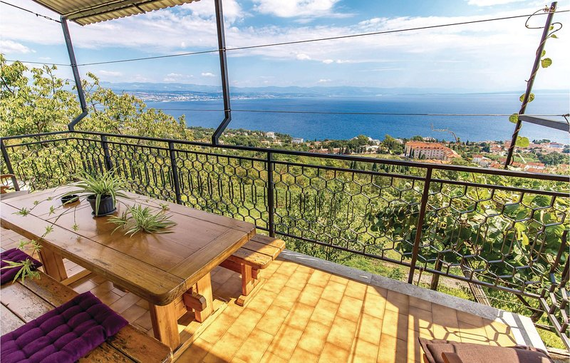 Amazing home in Lovran with WiFi and 4 Bedrooms (CKO535), casa vacanza a Ucka Nature Park