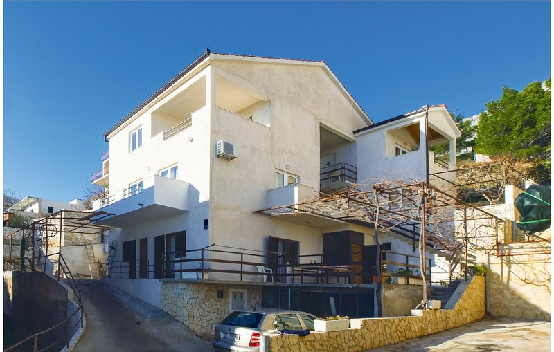 Amazing home in Lokva Rogoznica with WiFi and 1 Bedrooms (CDF308), casa vacanza a Ruskamen