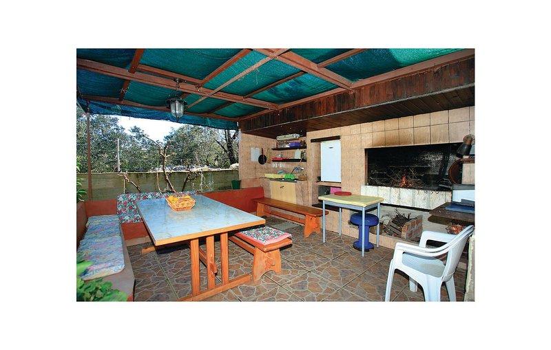 Beautiful home in Racisce with WiFi and 2 Bedrooms (CDS686), aluguéis de temporada em Pupnat