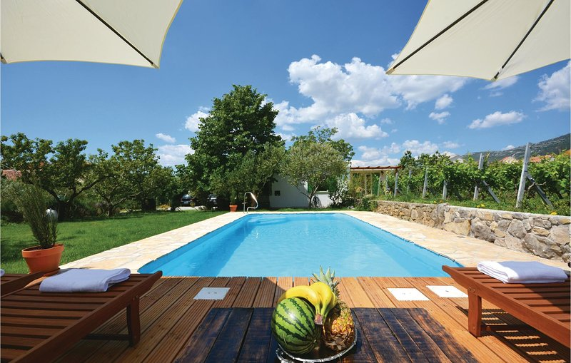 Awesome home in Kastel Luksic with WiFi and 3 Bedrooms (CDF349), location de vacances à Kastel Luksic