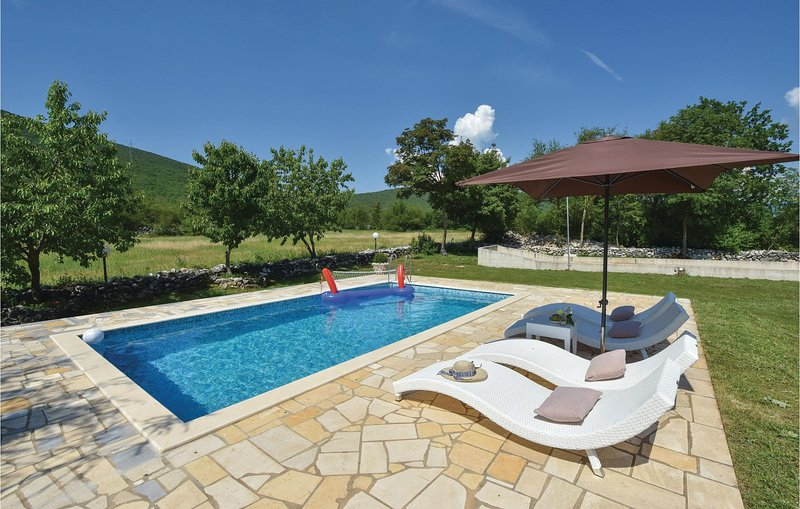Amazing home in Vojnic Sinjski with Sauna, WiFi and 3 Bedrooms (CDT302), casa vacanza a Trilj