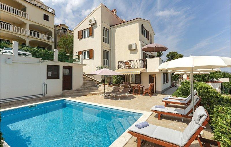 Awesome home in Okrug Donji with WiFi and 4 Bedrooms (CDT508), aluguéis de temporada em Okrug Donji