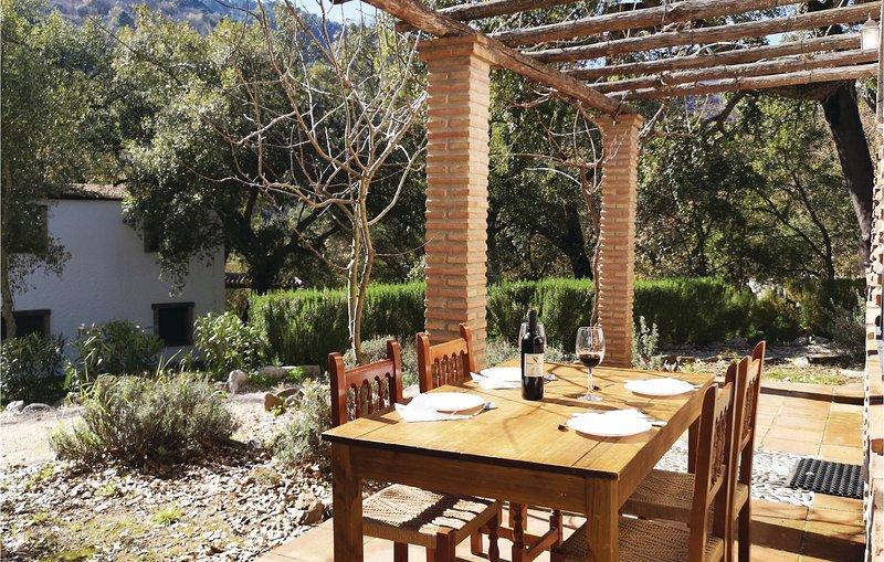 Amazing home in Algatocin with 3 Bedrooms (EAS205), alquiler vacacional en Alpandeire