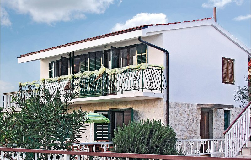 Amazing home in Sibenik with 4 Bedrooms (CDV378), aluguéis de temporada em Jadrija