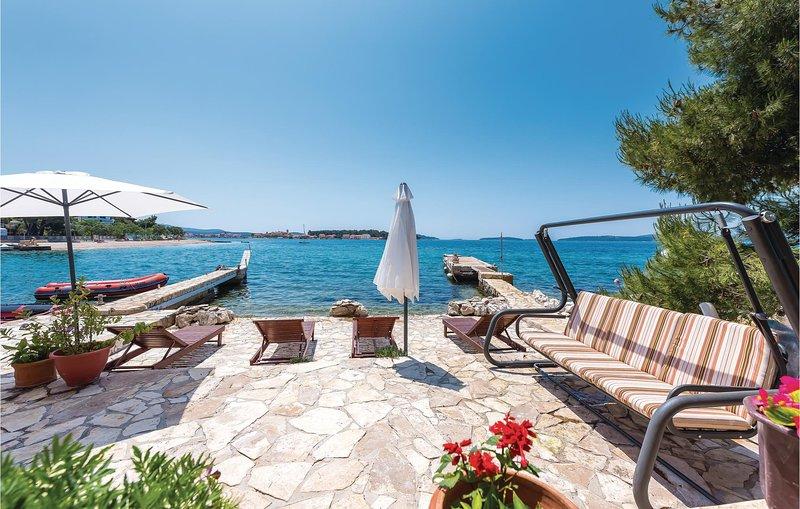 Beautiful home in Brodarica with 2 Bedrooms (CDV467), alquiler de vacaciones en Krapanj