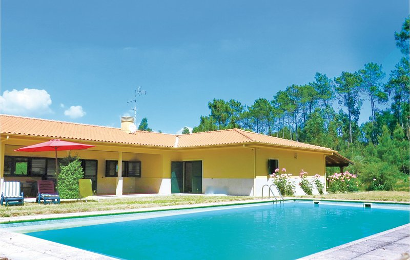 Nice home in Oliveira de Frades with WiFi and 4 Bedrooms (PTD010), aluguéis de temporada em Macieira de Alcoba