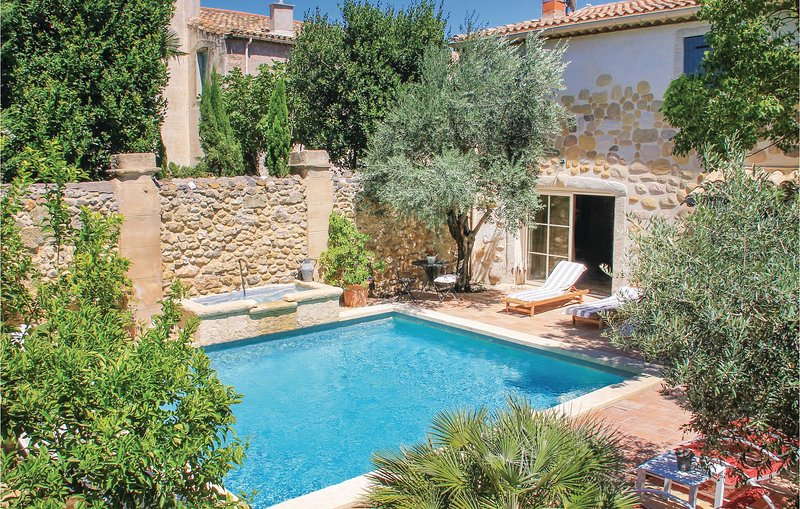 Beautiful home in Roujan with 5 Bedrooms (FLH015), holiday rental in Roujan