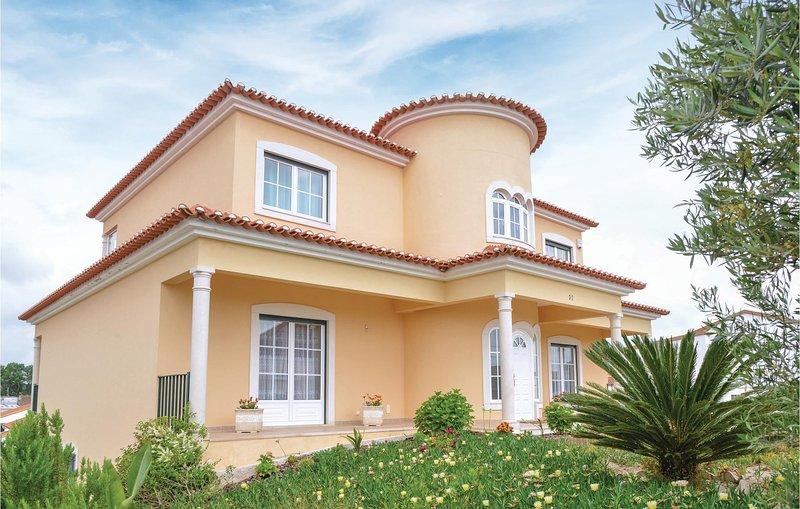Amazing home in Miragaia with WiFi and 5 Bedrooms (PTS008), casa vacanza a A dos Cunhados