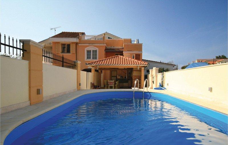 Beautiful home in Brodarica with WiFi and 6 Bedrooms (CDV556), alquiler de vacaciones en Krapanj