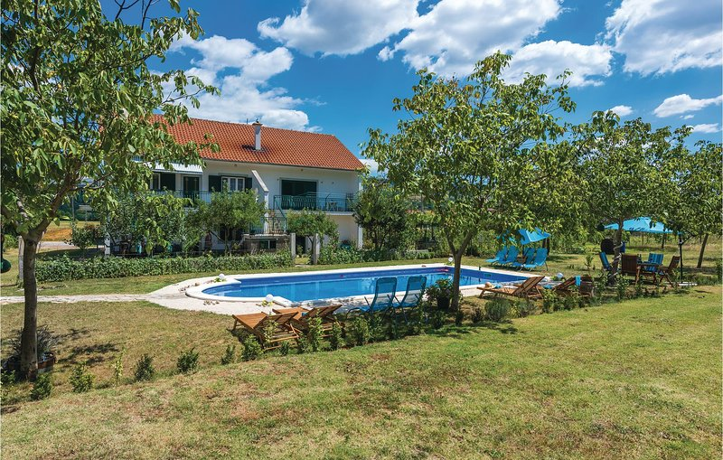 Beautiful home in Ruzic with WiFi and 3 Bedrooms (CDV563), holiday rental in Vrlika