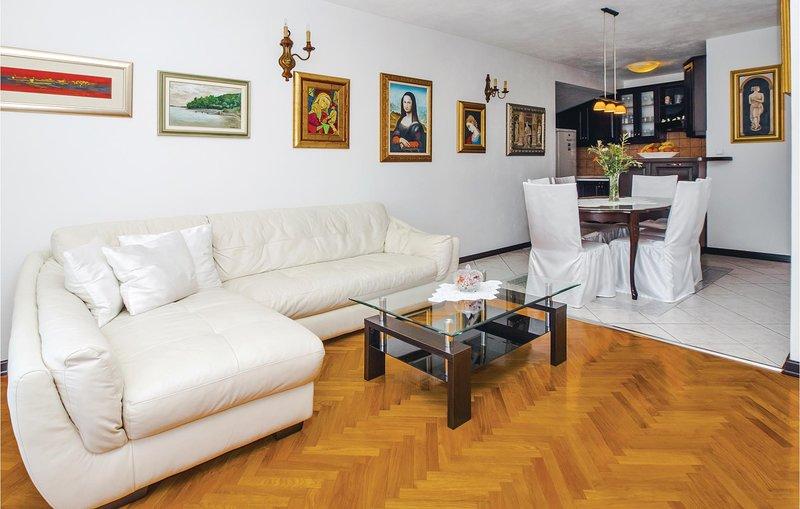 Stunning home in Split with WiFi and 3 Bedrooms (CDT996), location de vacances à Kamen