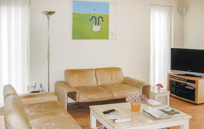 Amazing home in Burg-Reuland with Sauna, WiFi and 3 Bedrooms (BLU066), casa vacanza a Lutzkampen