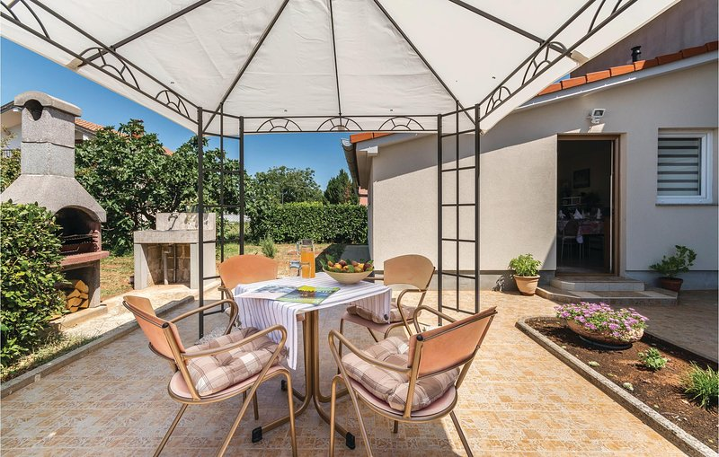Awesome home in Radeki Glavica with WiFi and 1 Bedrooms (CIR184), casa vacanza a Muntic