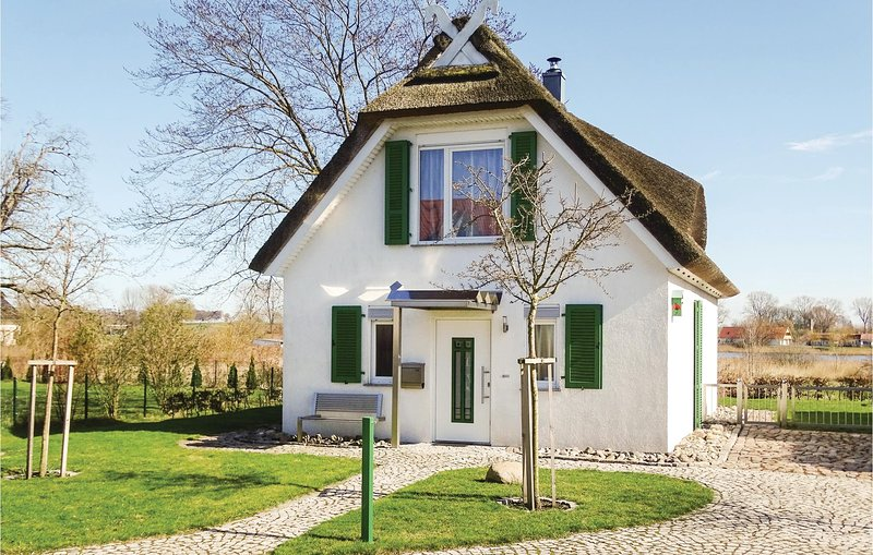 Nice home in Insel Poel/Kirchdorf with 2 Bedrooms (DMK430), casa vacanza a Oertzenhof