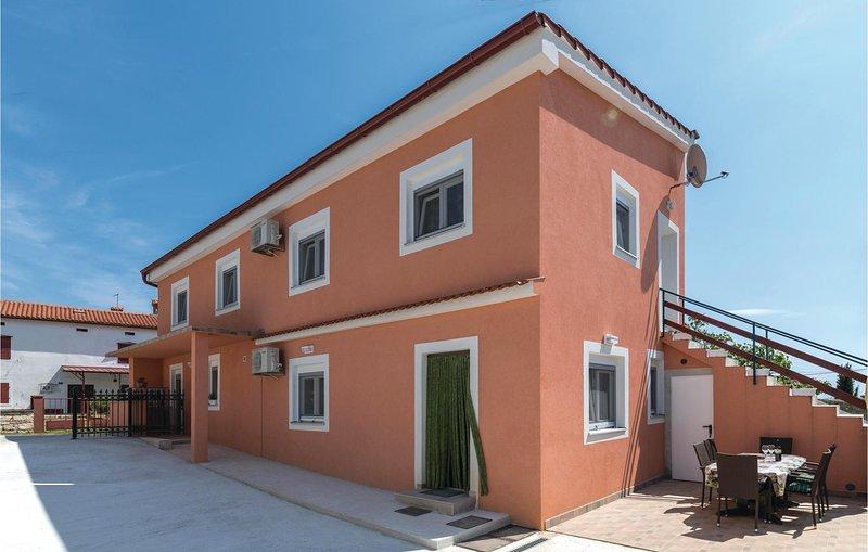 Nice home in Peruski with WiFi and 2 Bedrooms (CIO188), casa vacanza a Peruski