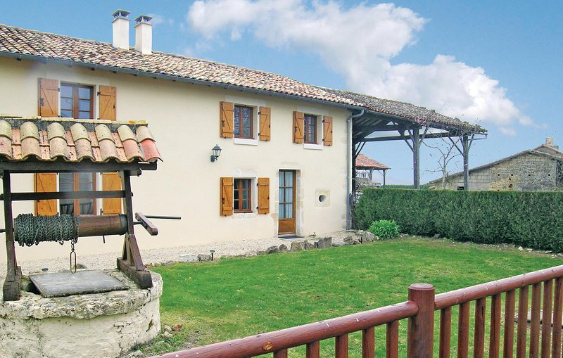 Nice home in Clussais la Pommeraie with WiFi, Outdoor swimming pool and 2 Bedroo, vacation rental in Sauze-Vaussais