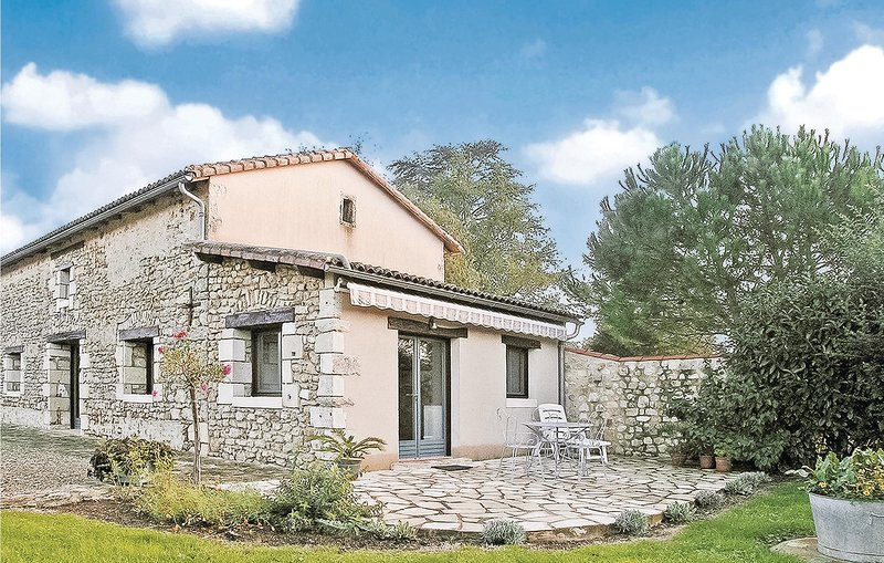 Awesome home in Nouaille Maupertuis with WiFi and 1 Bedrooms (FJV009), alquiler vacacional en Chauvigny