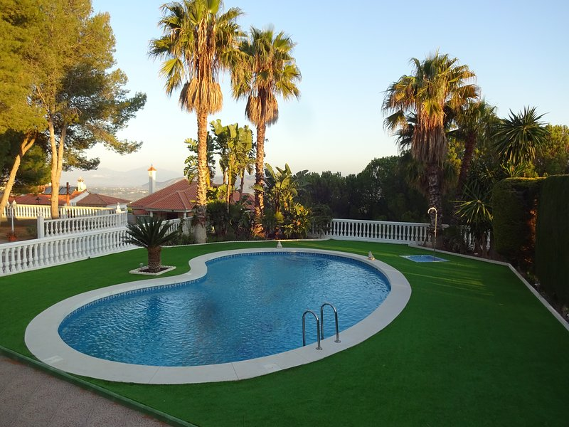 5  *****  Luxus Villa,TV,WIFI,Klima,Superpool,Meernaehe,Golf,max 10 Personen, holiday rental in Cartama