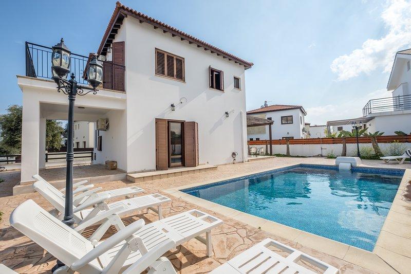 4 Bedroom Pool house, alquiler vacacional en Oroklini
