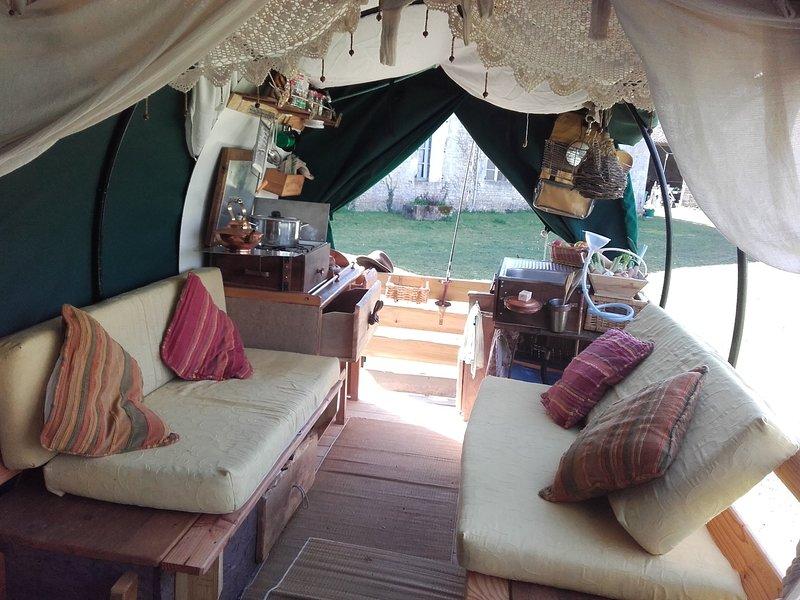 Gite Hippocam'buse, nomade en roulottes, gite en roulottes à cheval ROULOPA, holiday rental in Gennes-Val-de-Loire